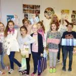 Verpackten eifrig Gschenke für gleichaltrige Kinder in Temeswar und Umgebung: die Schülerinnen und Schüler der Volksschule Groß St. Florian.