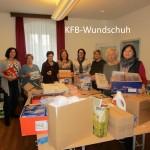 Mitglieder der Katholischen Frauenbewegung in Wundschuh beim Schnüren der Weihnachtspakete.